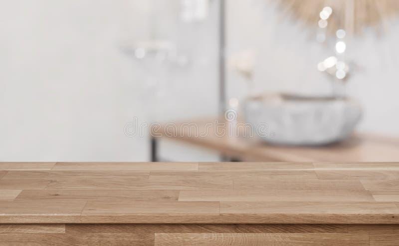 Предпосылка Defocused bathroom внутренняя с верхней частью деревянного стола во фронте стоковое изображение rf