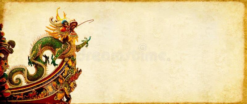 Предпосылка Grunge с бумажной текстурой и китайским драконом стоковое фото