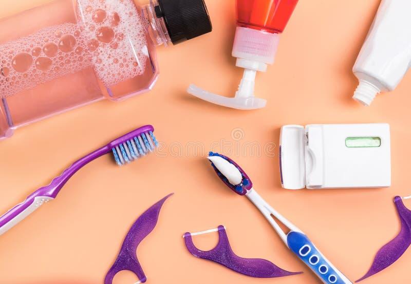 Предпосылка lthe продуктов зубоврачебной заботы белая, взгляд сверху стоковое изображение