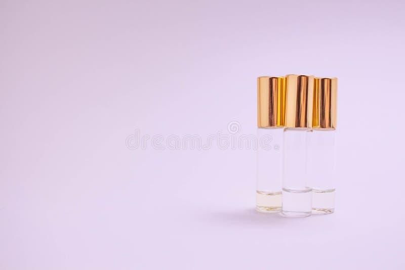 Предпосылка sampleson духов белая Красивый состав с образцами духов на светлом тестере ролика backgroundPerfume стоковая фотография rf
