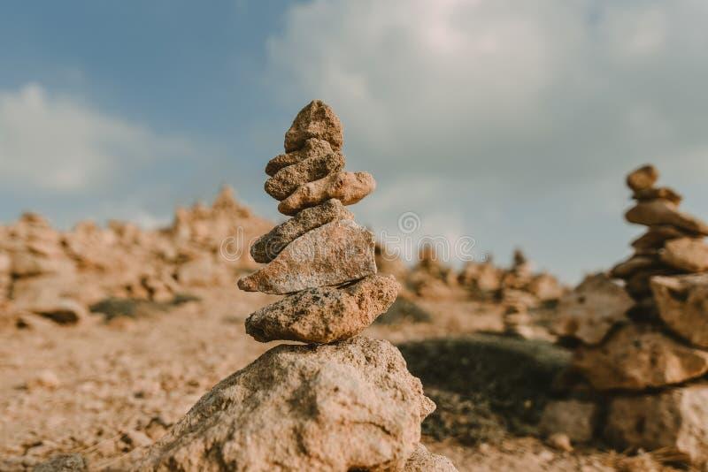 Предпосылка Seashore с каменной башней стоковая фотография rf