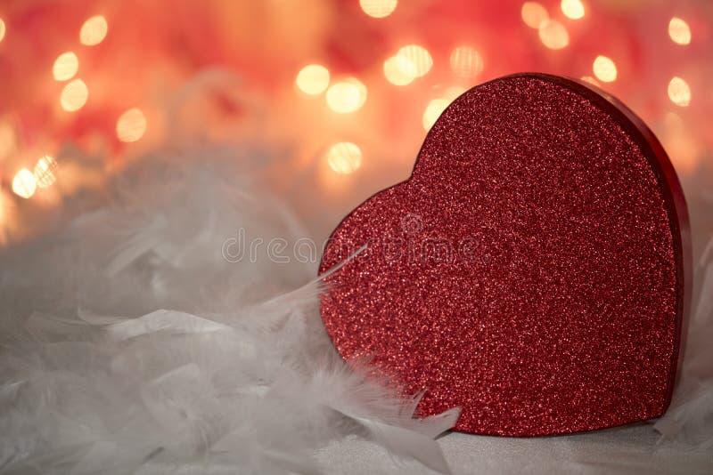 Предпосылки сердца влюбленности яркого блеска пер красной flirty белые подгоняют стоковое фото rf