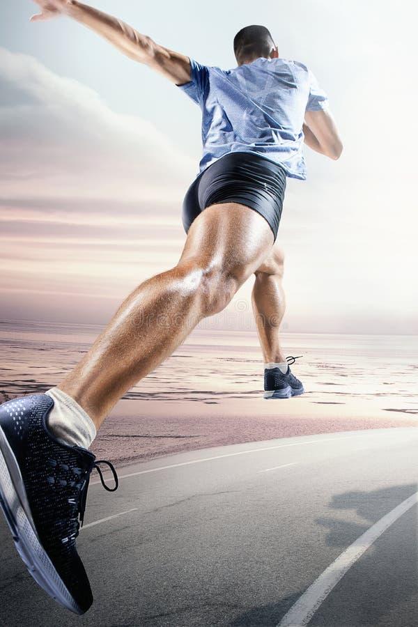 Предпосылки спорта Спринтер начиная на идущем следе стоковая фотография rf