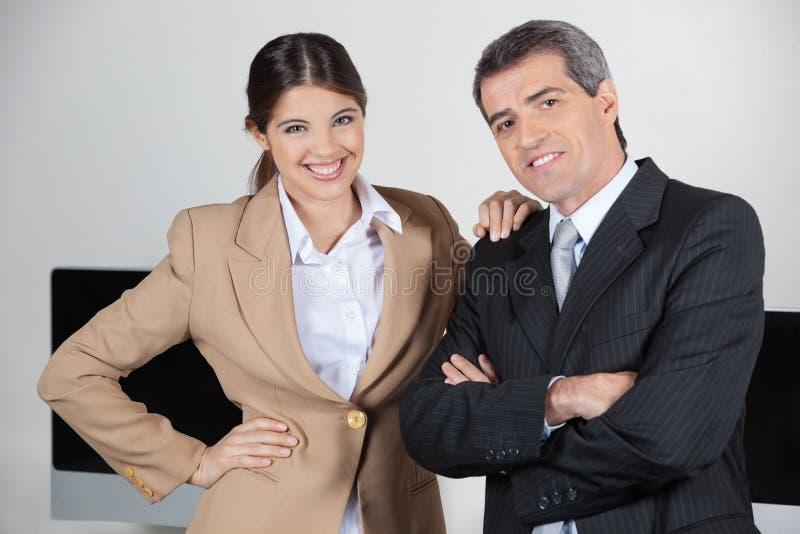 Предприниматели в офисе стоковые фотографии rf