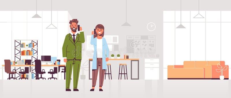 Предприниматели говоря на женщине бизнесмена смартфонов делая концепцией связи мобильного телефона звонков современную со-работу бесплатная иллюстрация