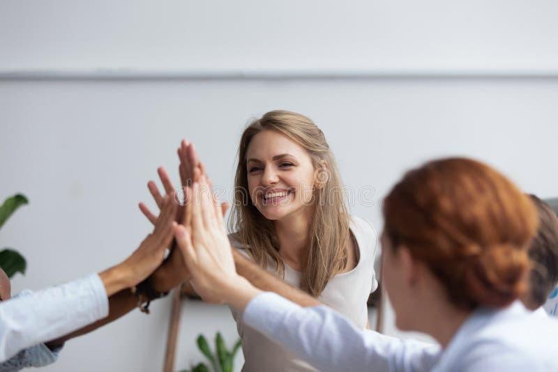 Предприниматели давая показывая уважение высоко 5 и единение стоковое изображение