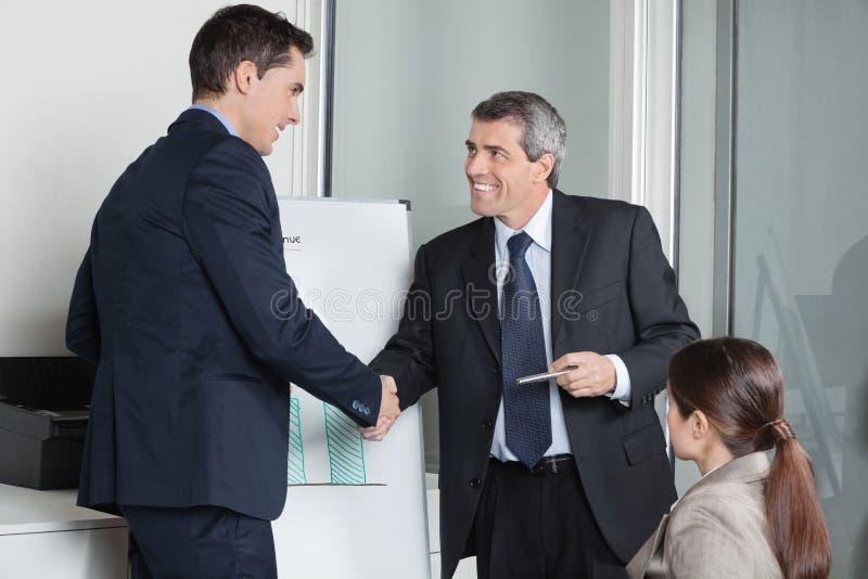 Предприниматели давая рукопожатие стоковые изображения rf