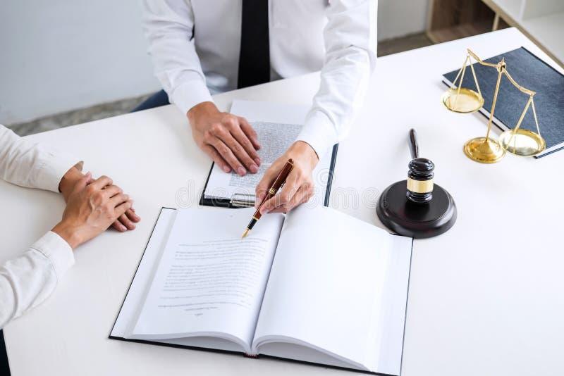 Предприниматели или юрист имея встречу команды обсуждая agreemen стоковое фото rf