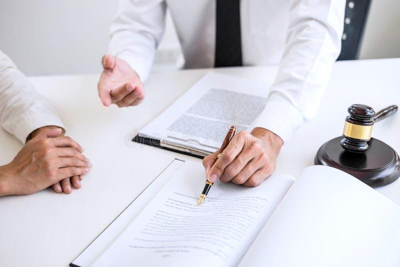 Предприниматели или юрист имея встречу команды обсуждая agreemen стоковое изображение