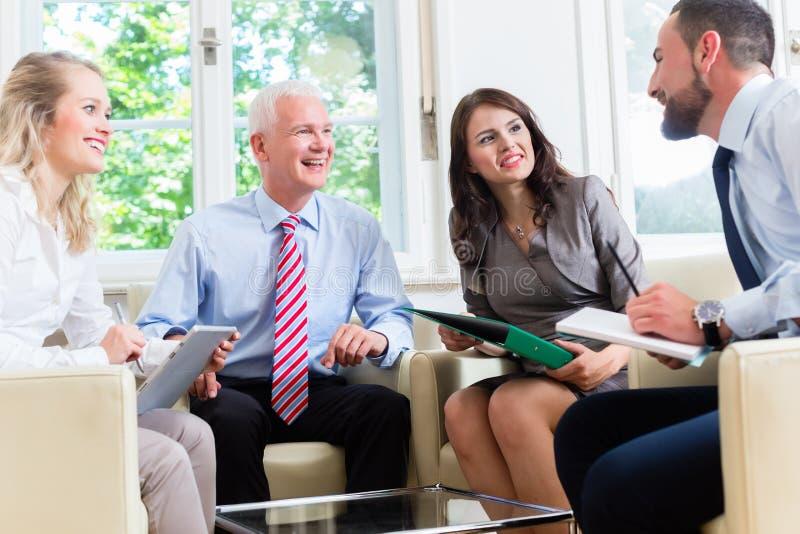 Предприниматели имея обсуждение в офисе стоковые фото