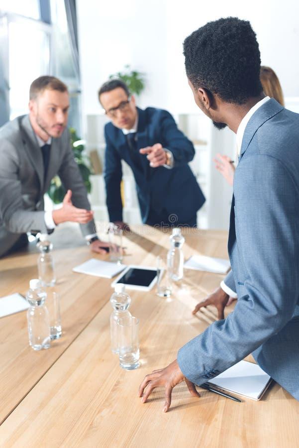 Предприниматели имея переговор стоковое изображение rf