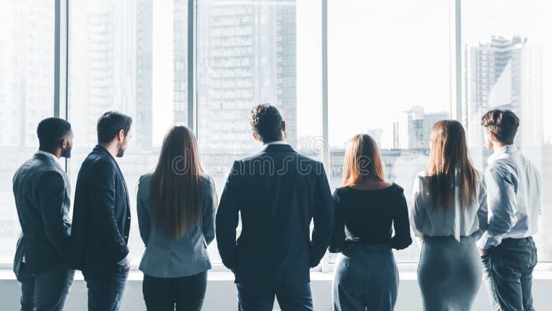 Предприниматели имея перерыв на встрече, заднем взгляде стоковое изображение rf