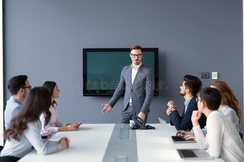 Предприниматели и бизнесмены конференции в современном встречая r стоковые изображения rf