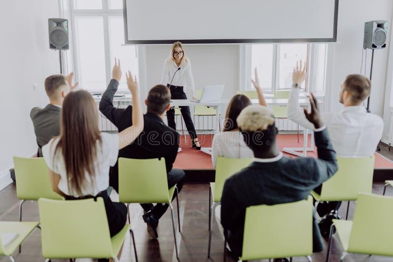Предприниматели и бизнесмены конференции в современном конференц-зале Вручитель молодой женщины на бизнес-конференции стоковое изображение rf