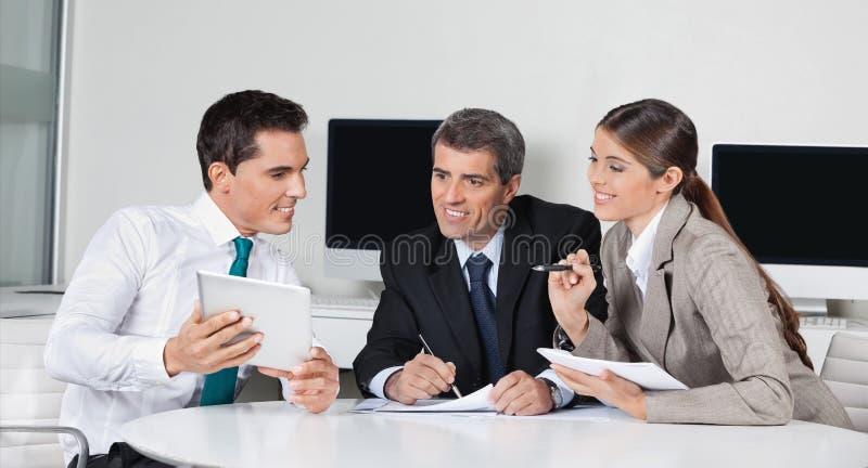 Предприниматели с компьютером таблетки стоковое изображение rf