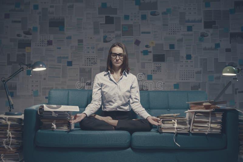 Предпринимательница, практикующая йогу и медитацию стоковая фотография rf