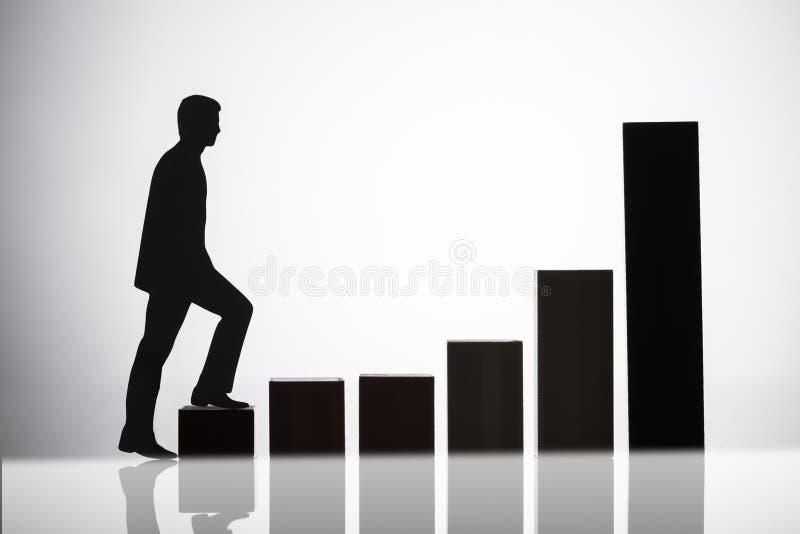 Предприниматель идя на растя диаграмму стоковые фото