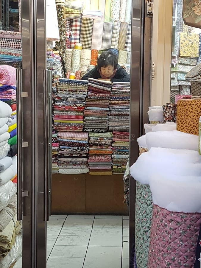 Предприниматель магазина ткани стоковая фотография rf