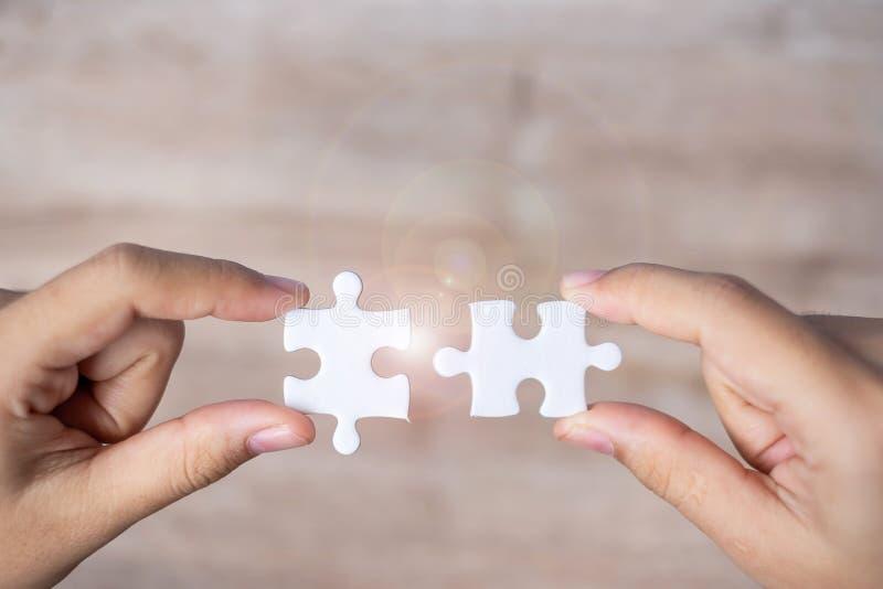 Предприниматель связывает пару мозаики бизнес-решения, задачи, успех, цели, сотрудничество, партнерство стоковое изображение rf