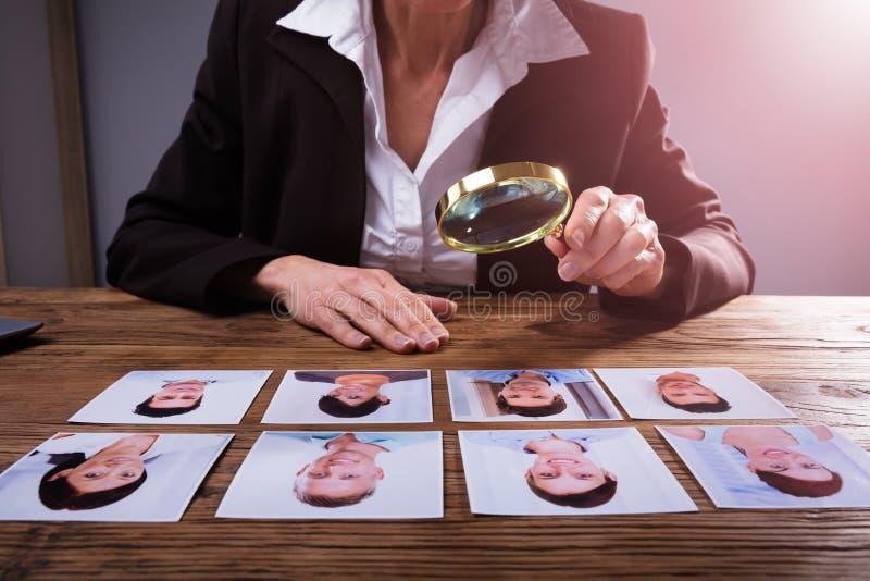 Предприниматель смотря фотоснимок ` s выбранного стоковые фотографии rf