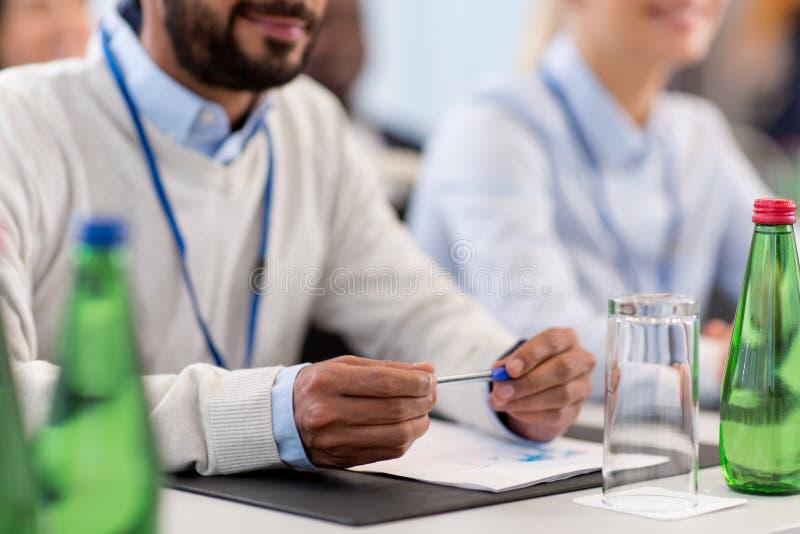 Предприниматель с бумагами на деловой конференции стоковые фото
