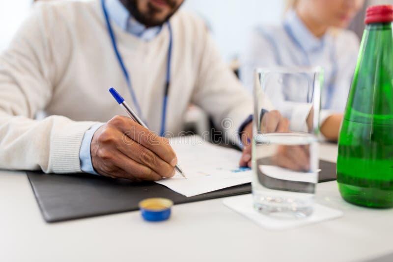 Предприниматель с бумагами на деловой конференции стоковое изображение rf