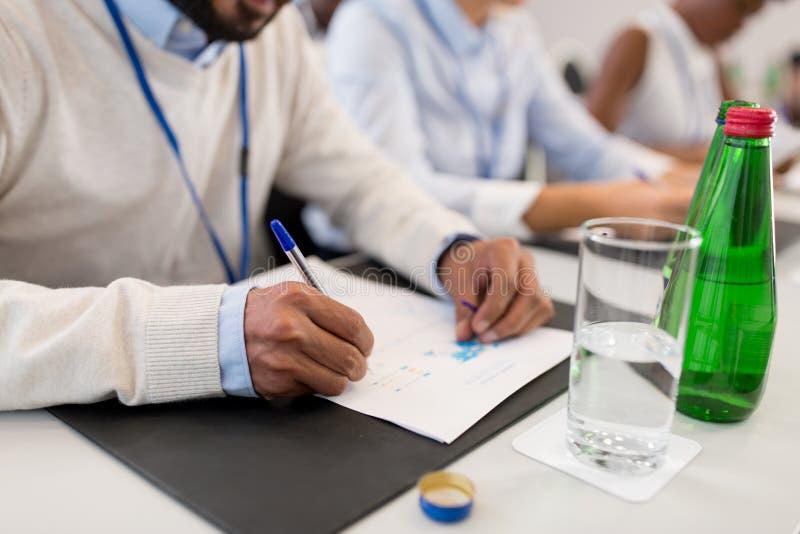Предприниматель с бумагами на деловой конференции стоковая фотография rf