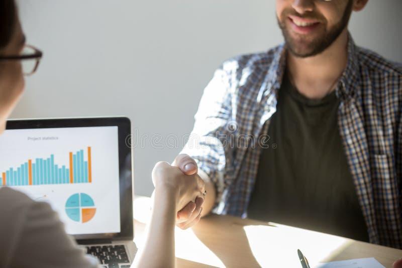 2 предпринимателя трясут руки для того чтобы загерметизировать дело с улыбкой стоковое изображение rf