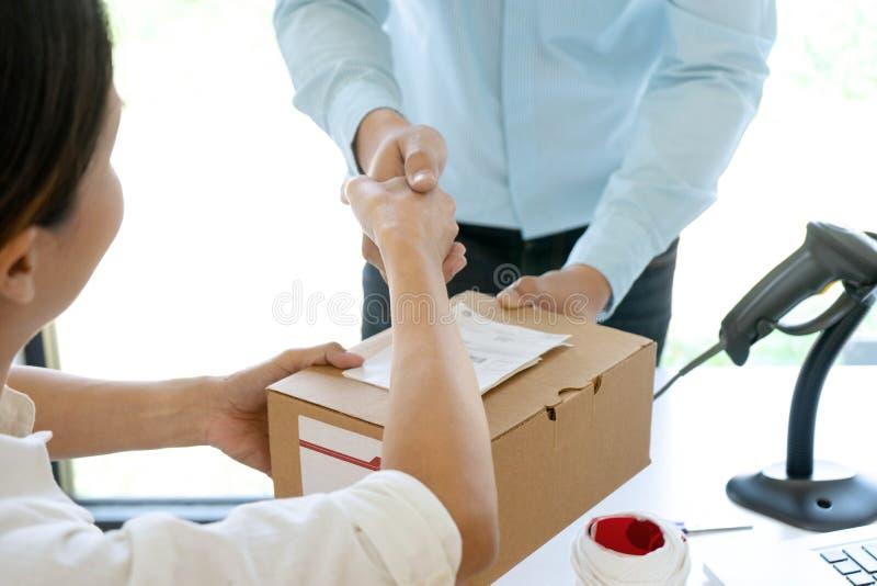 2 предпринимателя тряся руки стоковые изображения rf