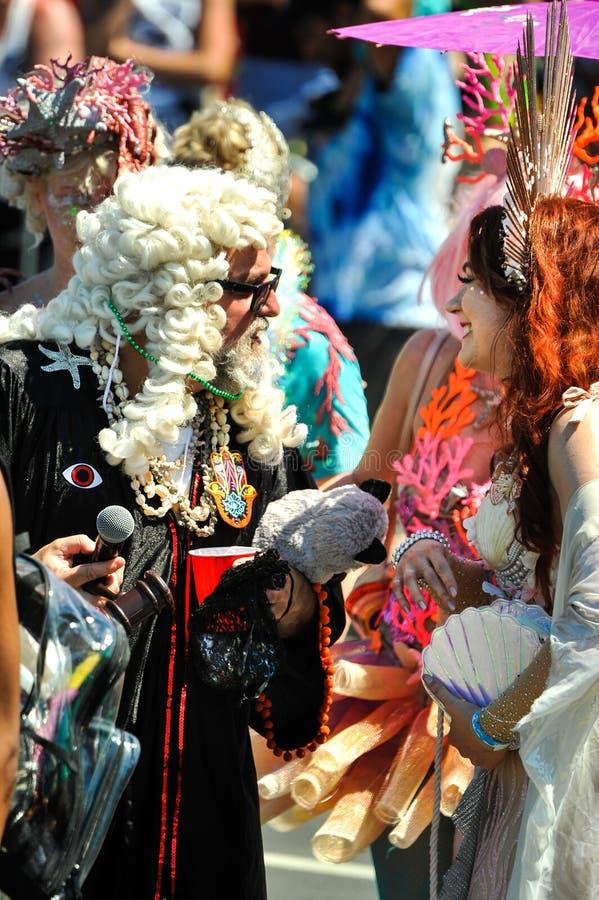 Председатель суда парада и участников русалки на 36-ом ежегодном параде русалки в острове кролика стоковое фото
