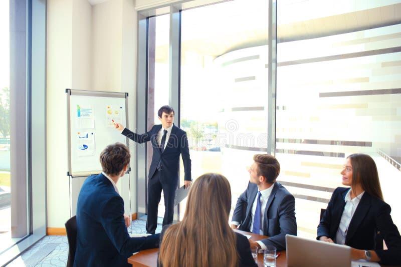 Представление бизнес-конференции с офисом flipchart тренировки команды стоковое фото rf