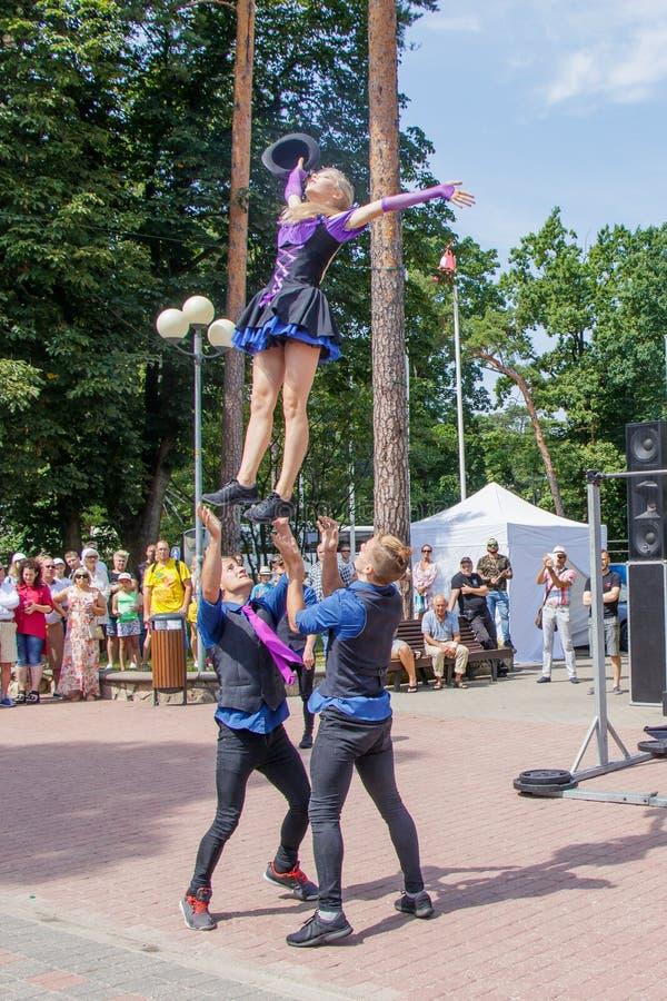 Представление группы в составе гимнасты на фестивале улицы Jomas Открытый доступ, отсутствие билетов стоковая фотография rf