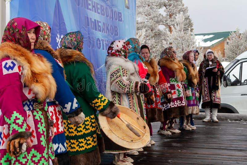 Представление группы фольклора на этапе стоковое изображение