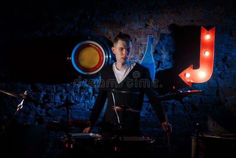 Представление рок-группы Гитарист играет solo Бас-гитарист играет solo барабанщик Басовый барабанчик Конец-вверх стоковое фото rf