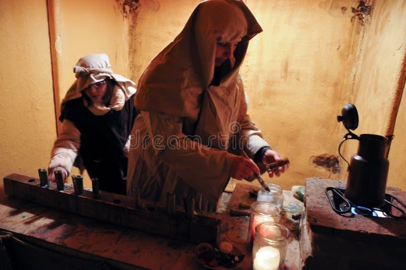 Представление старых ремесел в живя сцене рождества стоковые фото