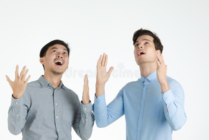 Представление сюрприза 2 людей стоковое фото