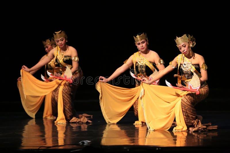 Представление традиционного танца Ява на здании искусства Джакарты стоковое фото