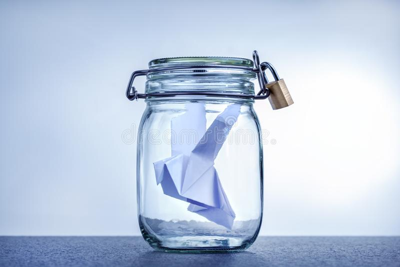 Представление цензуры, репрессии и недостатка свободы Свобода ограничения концепции Бумажный голубь-символ мира стоковая фотография rf