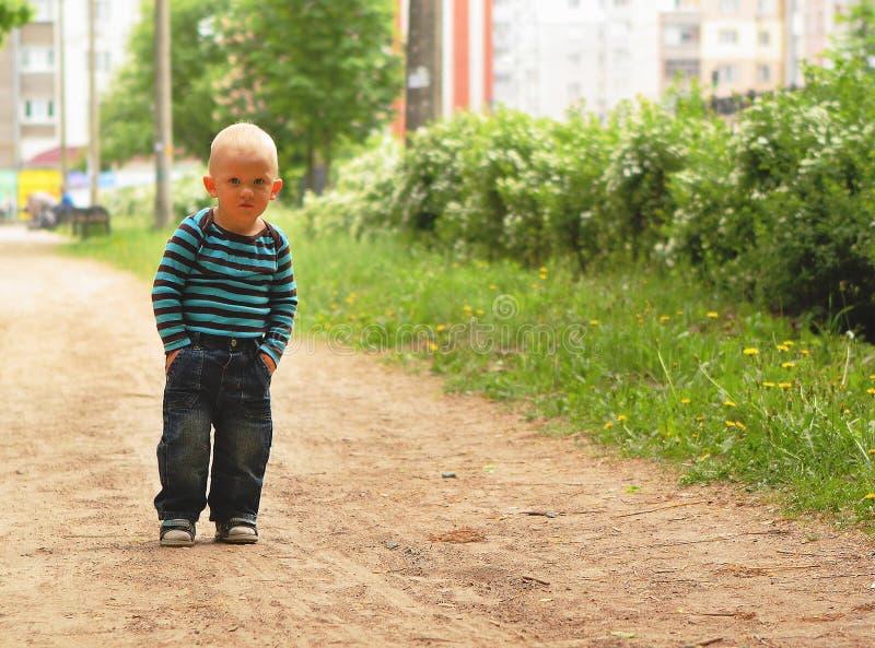 Представление raglan джинсов мальчика стильно вручает карманн стоковое фото rf