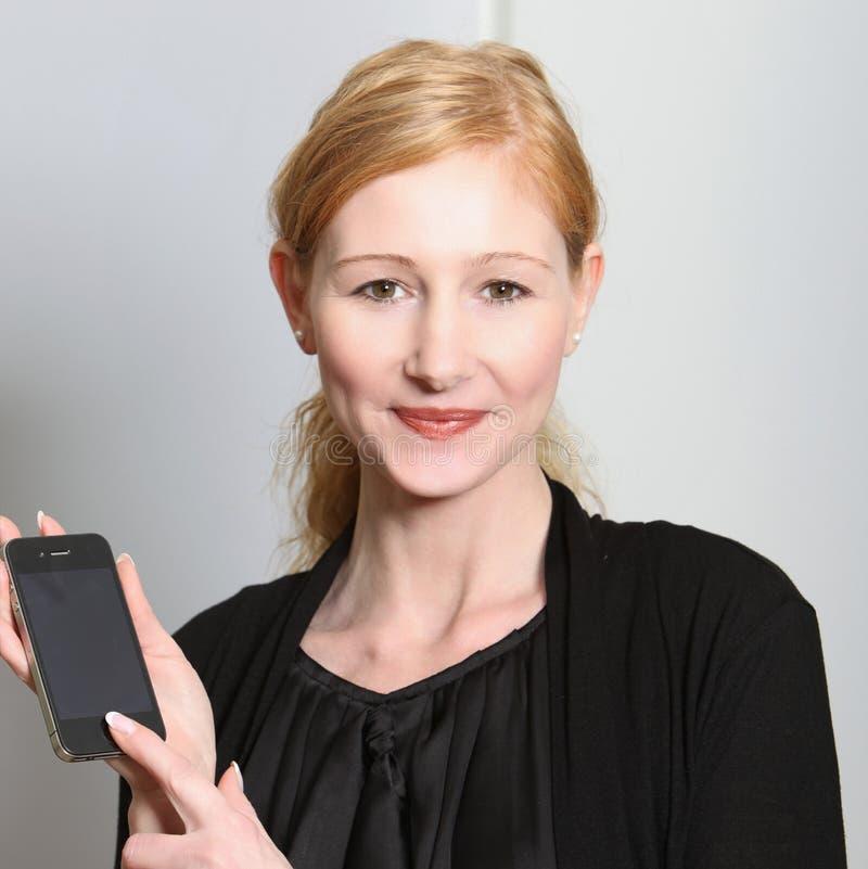 представленное smartphone сь их детеныши женщины стоковые изображения rf