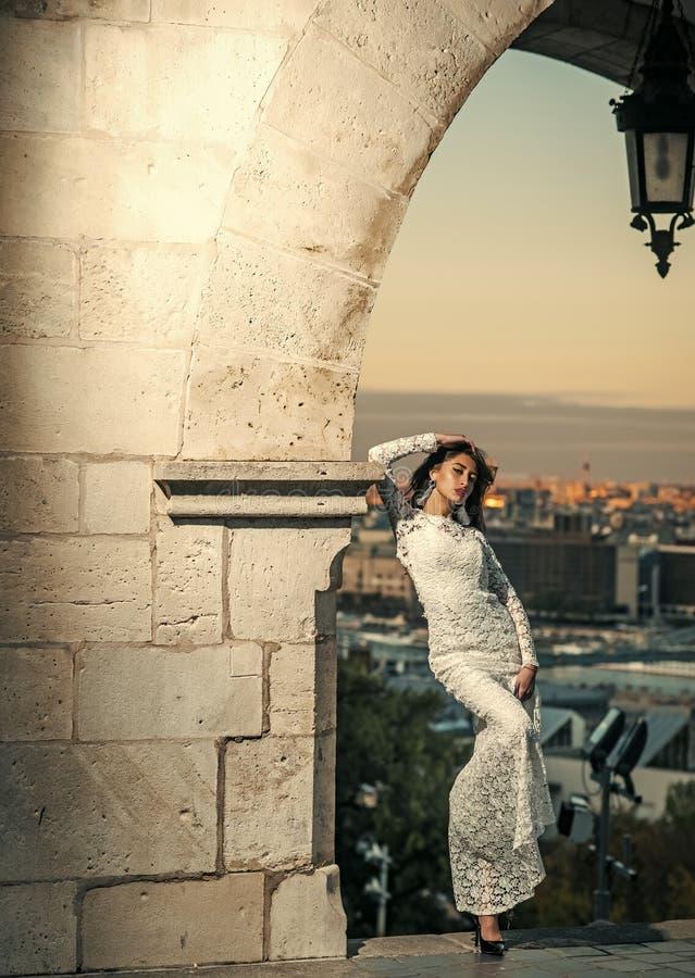 Представлять женщины моды модельный Красивая молодая невеста в платье свадьбы представляя на предпосылке города стоковые изображения