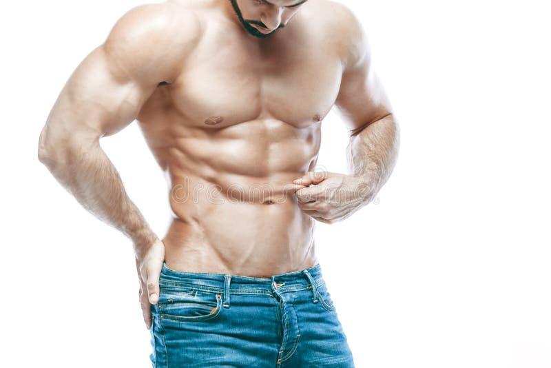 представлять культуриста Красивая sporty сила мужчины парня Фитнес muscled в голубых джинсах На изолированной белой предпосылке стоковые фото