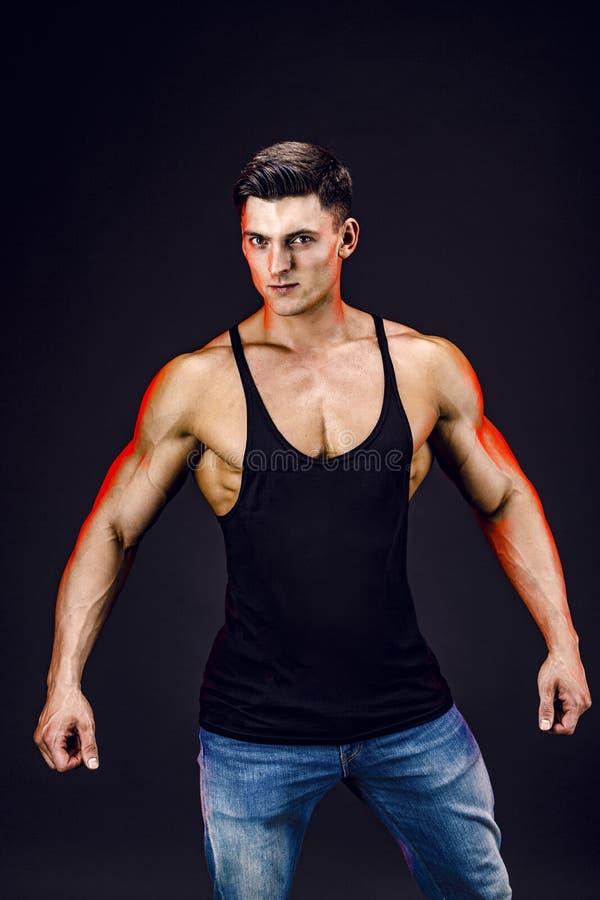 представлять культуриста Красивая sporty сила мужчины парня Человек muscled фитнесом в рубашке стоковые изображения