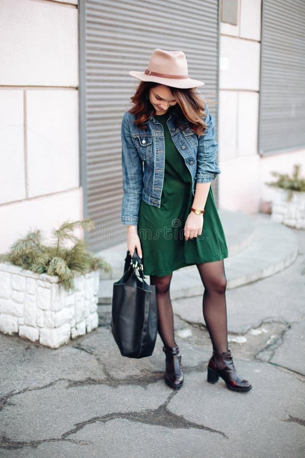 Представлять модного брюнета стильный нося на улице стоковые фотографии rf