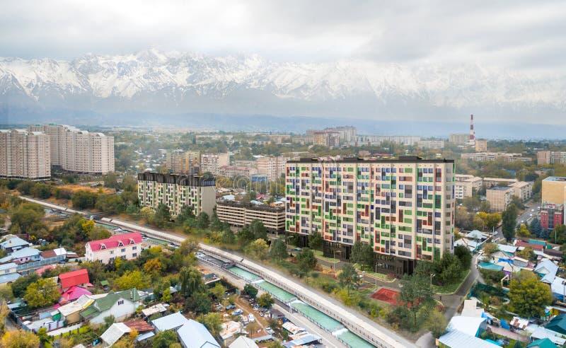 Представьте башни в городе - современные жилые дома квартиры с стандартом дома низкой энергии стоковые изображения rf