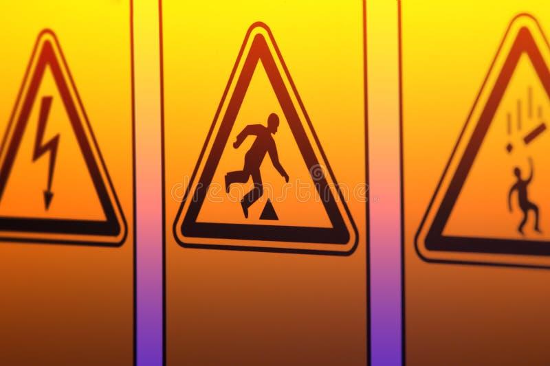 Предупредительные знаки в форме треугольника стоковая фотография