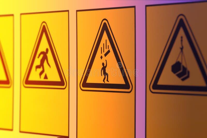 Предупредительные знаки в форме треугольника стоковое изображение rf