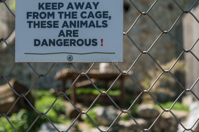 Предупредительный знак на опасной животной клетке в зоопарке стоковые фотографии rf