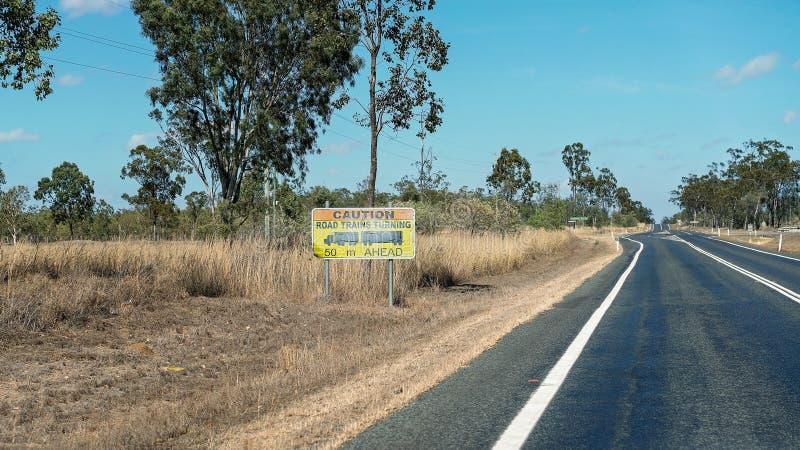 Предупредительный знак поезда дороги поворачивая стоковая фотография rf