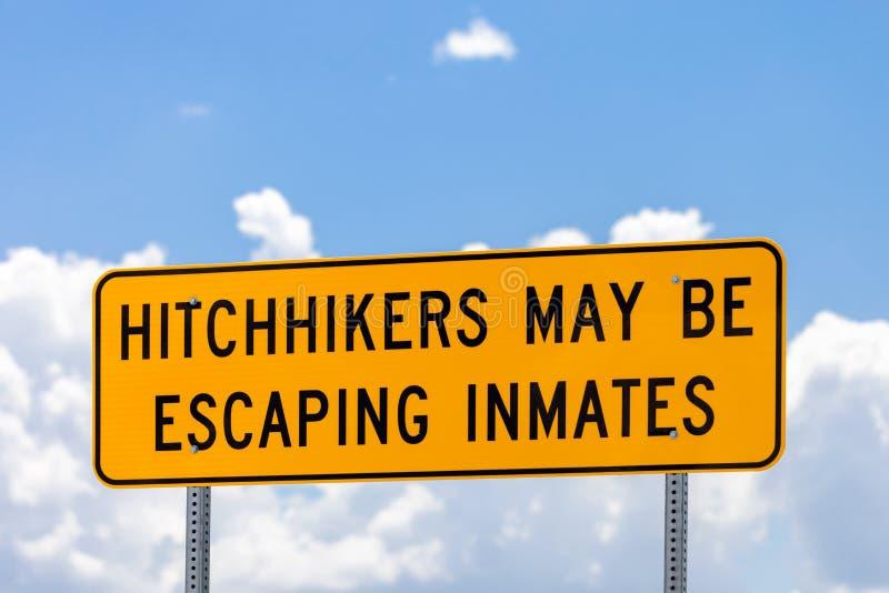 Предупредительный знак шоссе о автостопщиках которые могли избегать внутри стоковые изображения